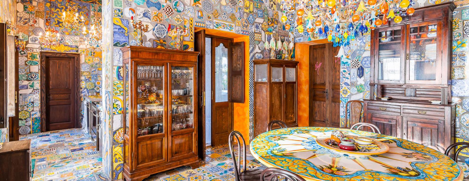 Mientras que desde el exterior, esta extraordinaria propiedad parece una gran villa típica siciliana, el interior revela su personalidad y muestra el estilo distintivo de Dolce & Gabbana
