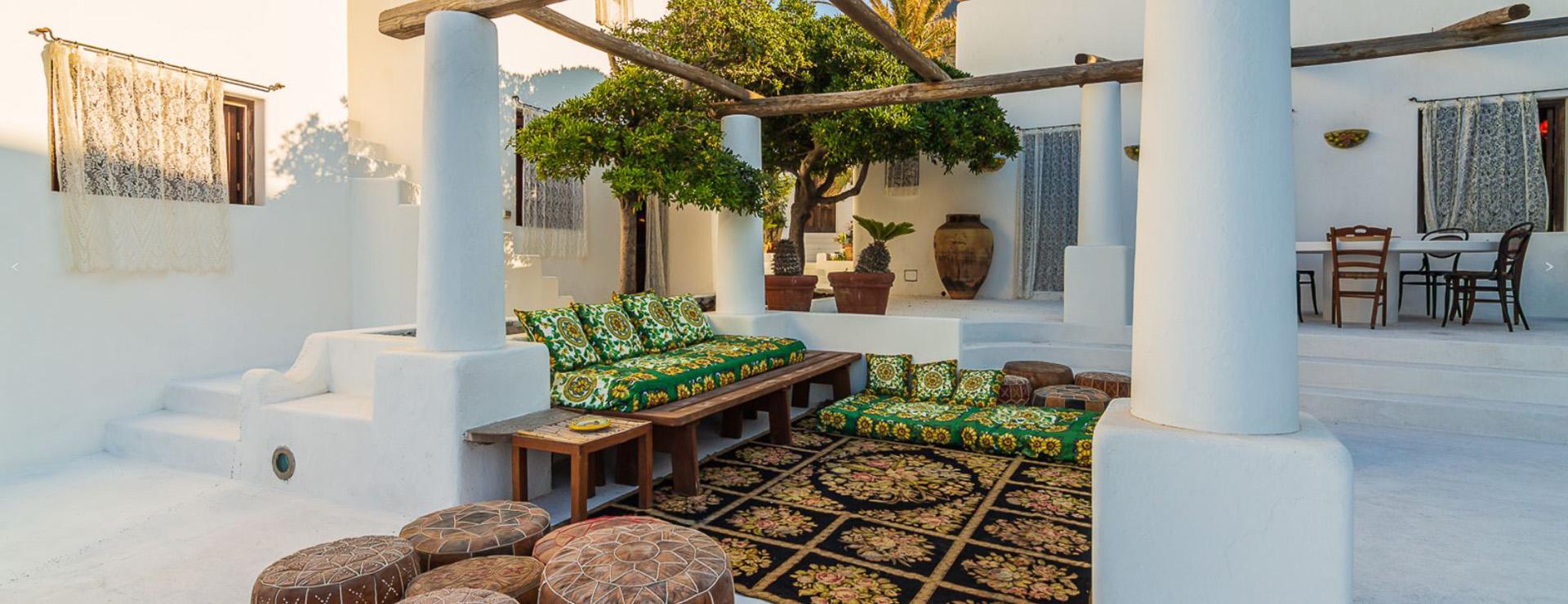 Al estilo de la marca, la mansión está amueblada con piezas y telas únicas de la casa de moda combinadas con piezas locales hechas a mano, coloridos azulejos de mayólica pintados a mano y cortinas de encaje que crean una estética única