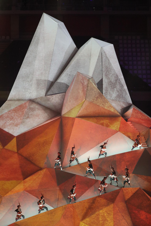 Con la ayuda del mapping, los bailarines escalaron una montaña en pleno estadio Nacional de Lima(REUTERS/Sergio Moraes)