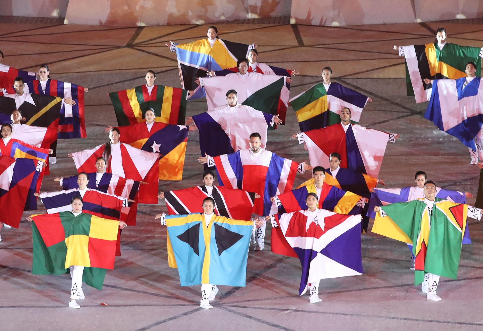 Los bailarines con los colores de las banderas de los países participantes de Lima 2019 (REUTERS/Sergio Moraes)