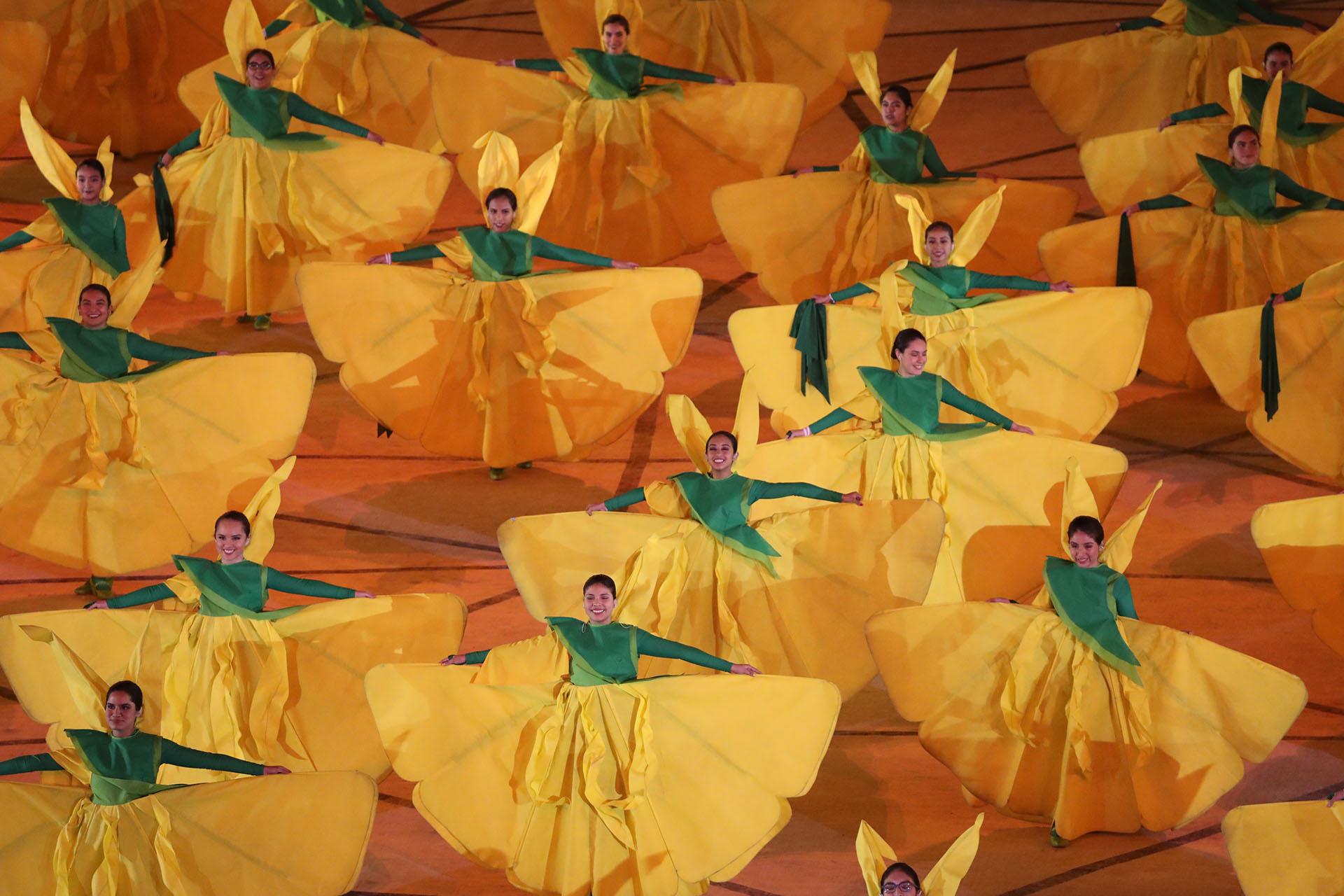 Bailarinas vestidas como cantutas, la flor nacional de Perú (REUTERS/Sergio Moraes)