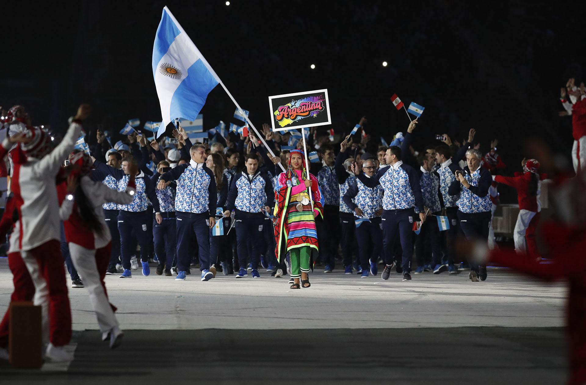 La delegación argentina, la primera en ingresar en el desfile de los países que compiten en los Juegos Panamericanos (REUTERS/Henry Romero)