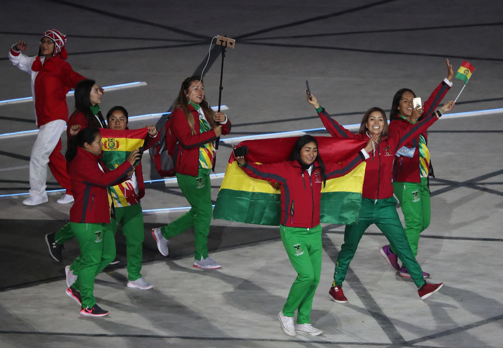 La delegación de bolivia ingresando al estadio Nacional de Lima en la ceremonia de apertura (REUTERS/Sergio Moraes)