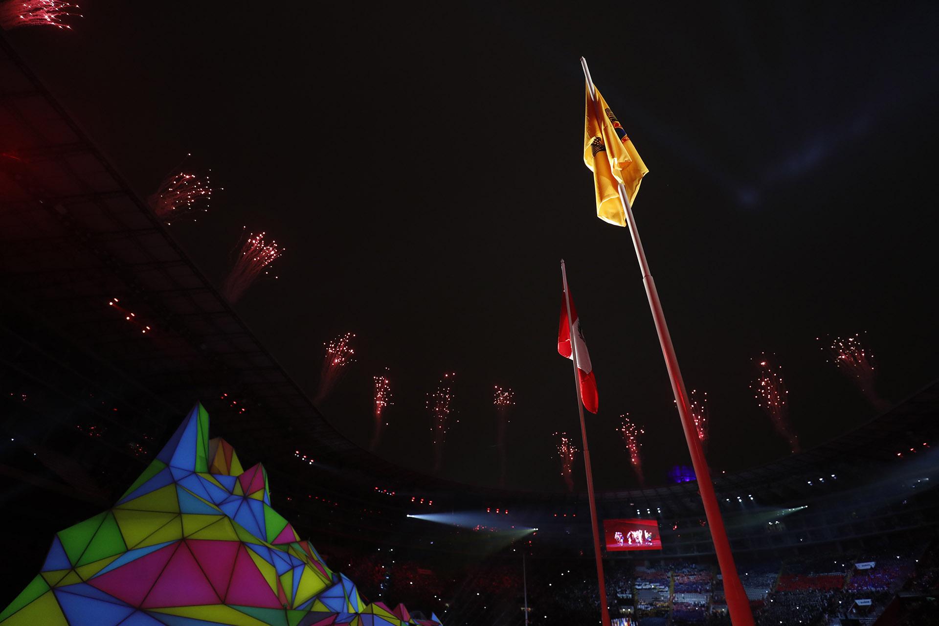 Los fuegos artificiales, parte del show de la ceremonia de apertura (REUTERS/Susana Vera)