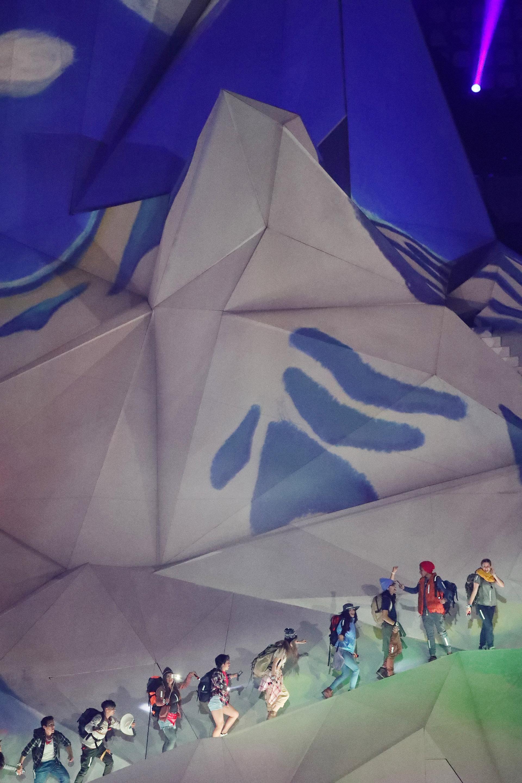 Jóvenes escalando una montaña montada en el centro del estadio Nacional de Perú (REUTERS/Sergio Moraes)