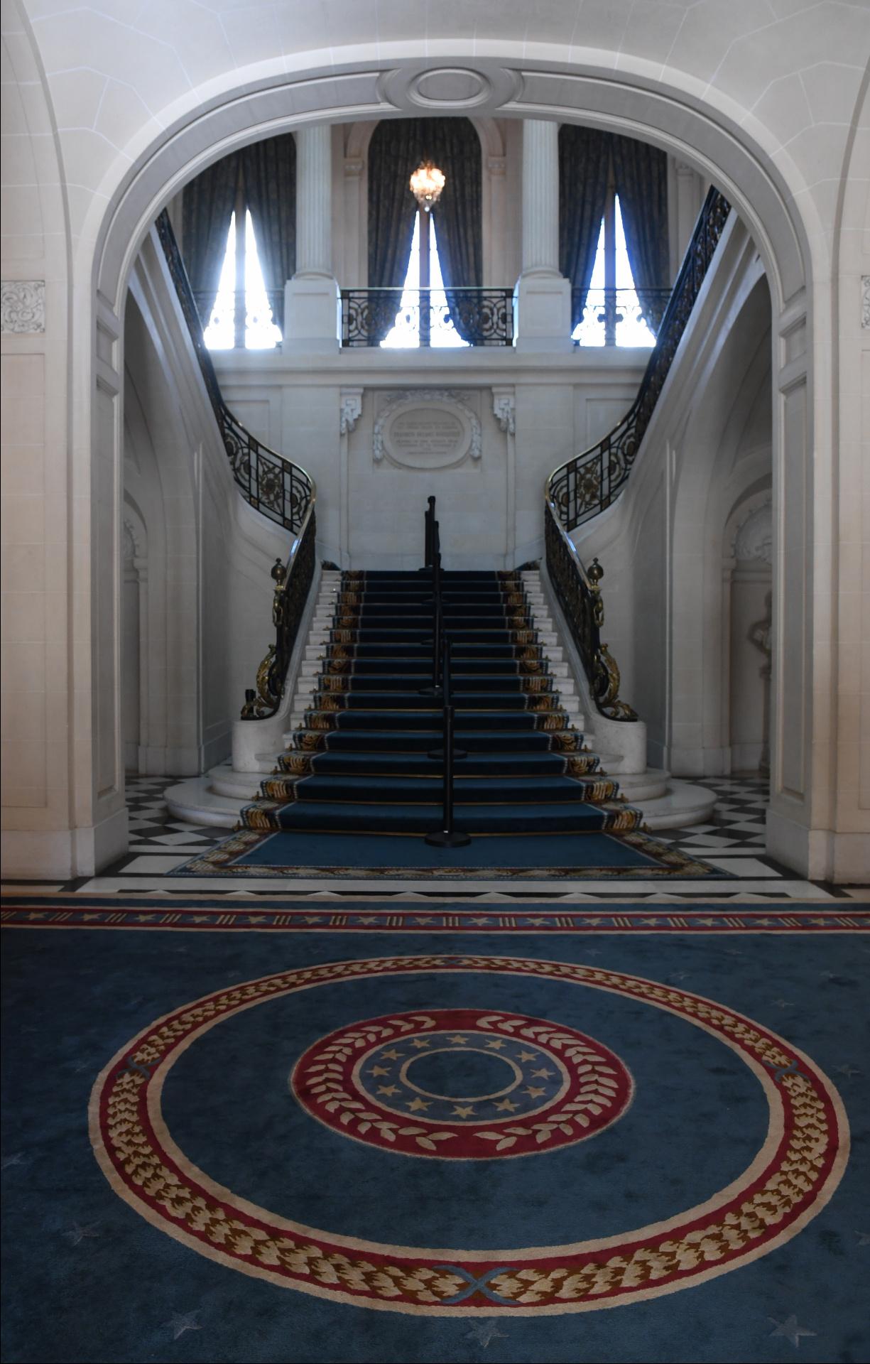 La escalera honorable da ingreso al Palacio Bosch, que fue construido en 1918. Esta residencia perteneció al abogado y diplomático Ernesto Bosch junto a su su esposa, Elisa de Alvear