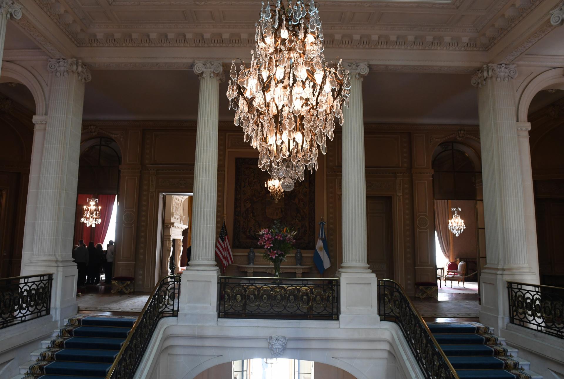 La suntuosa araña-realizada en Argentina- invitaal primer piso, o piso noble, dispuesto para los eventos sociales. Aquí se casó la hija del matrimonio Bosch, en 1917