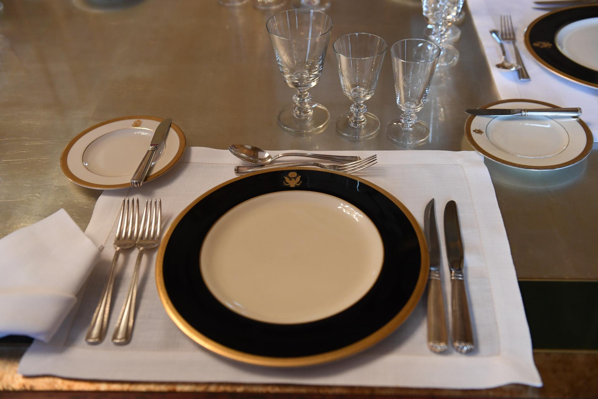 La vajilla que se utiliza es blanca con reborde dorado y ornamentos con el símbolo de los Estados Unidos. Los cubiertos son de plata y están acompañados por copas de cristal