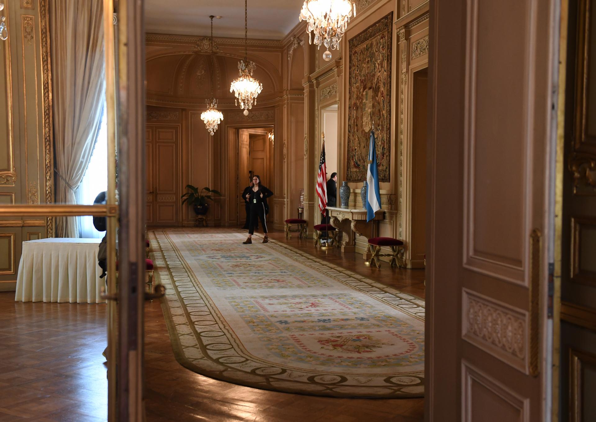 Parte del foyer de la planta noble que refleja el estilo palaciego: pisos de roble de Eslavonia, paredes ornamentadas pintadas en oro, puertas espejadas, arañas de cristales y tapices que revisten rincones
