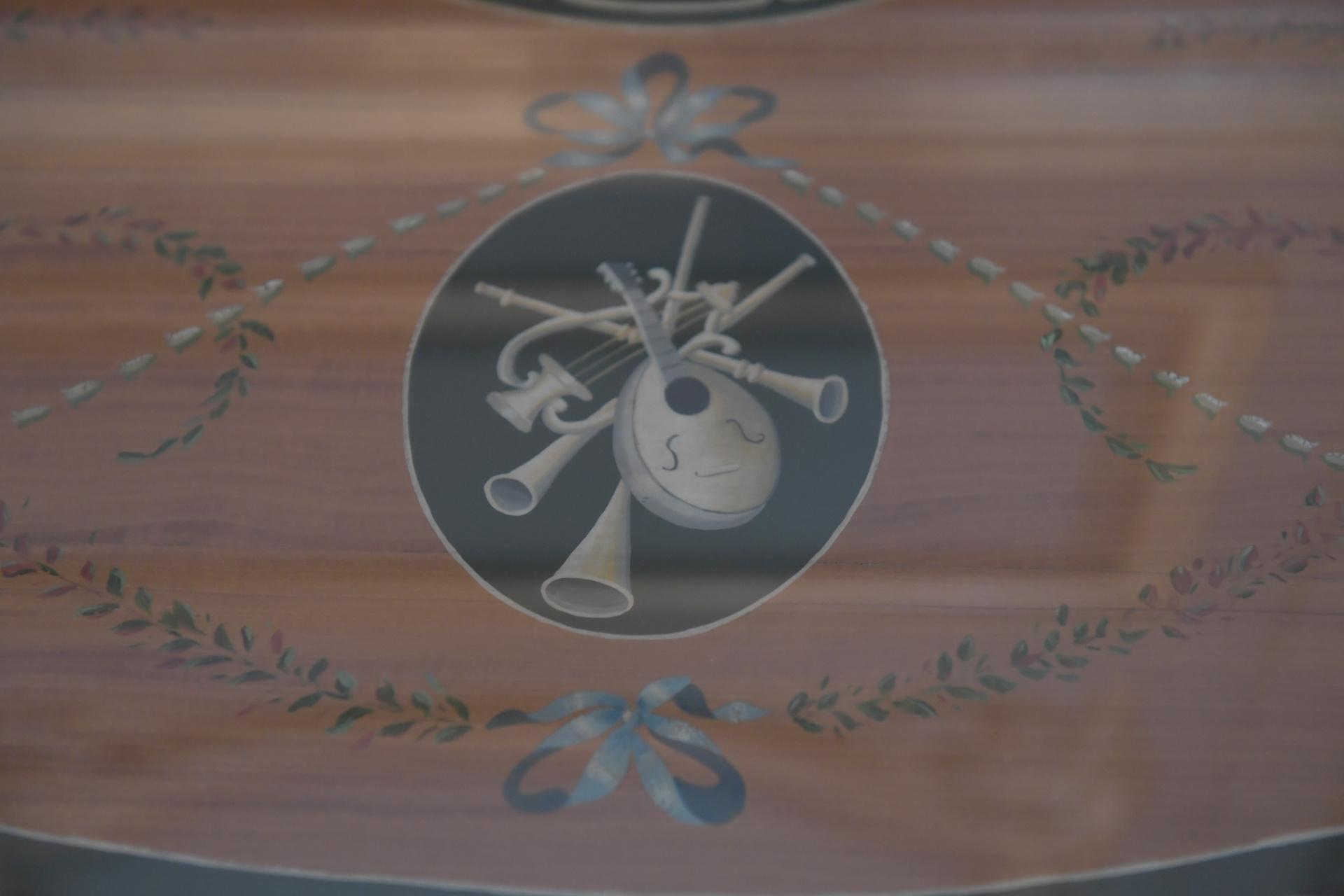 Diseños con instrumentos en los rincones del salón de la música