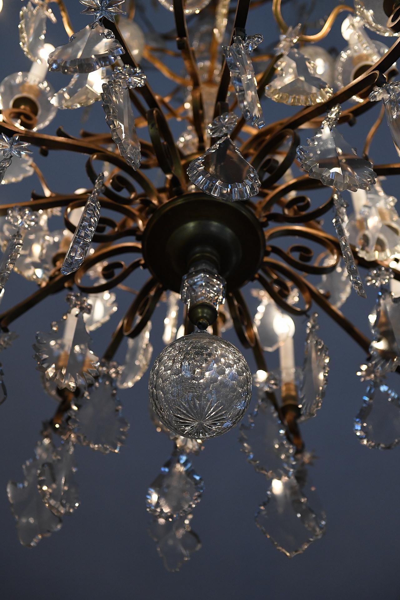 Dos arañas de cristales de Baccarat, ambas originales del siglo pasado y traídas de Francia, visten el salón de baile
