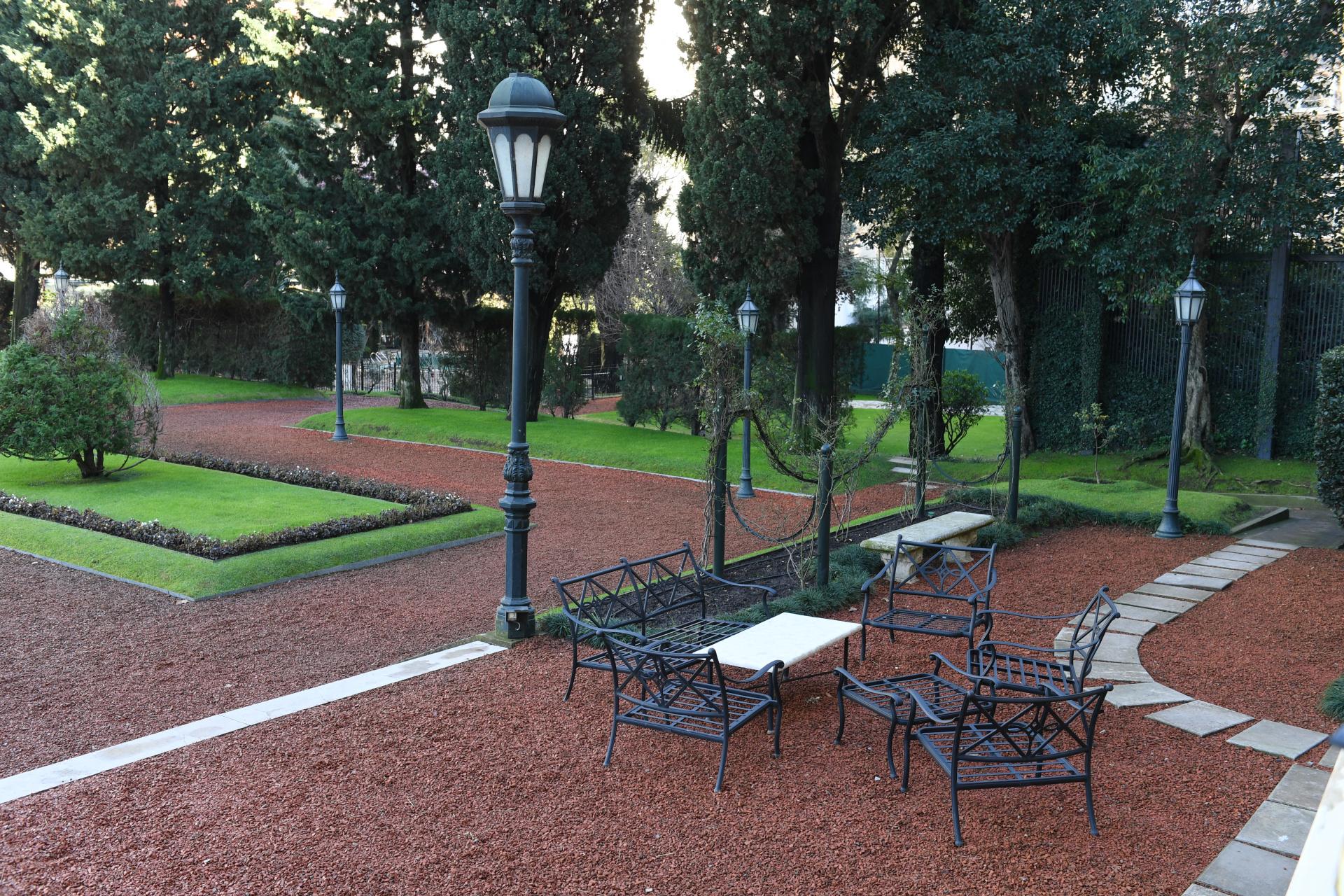 El jardín que da hacia la calle Kennedy, en Palermo, dispone de casi cuatro mil metros cuadrados. Tiene un diseño simétrico con senderos, una idea del paisajista Achille Duchêne inspirada en el Palacio Versailles