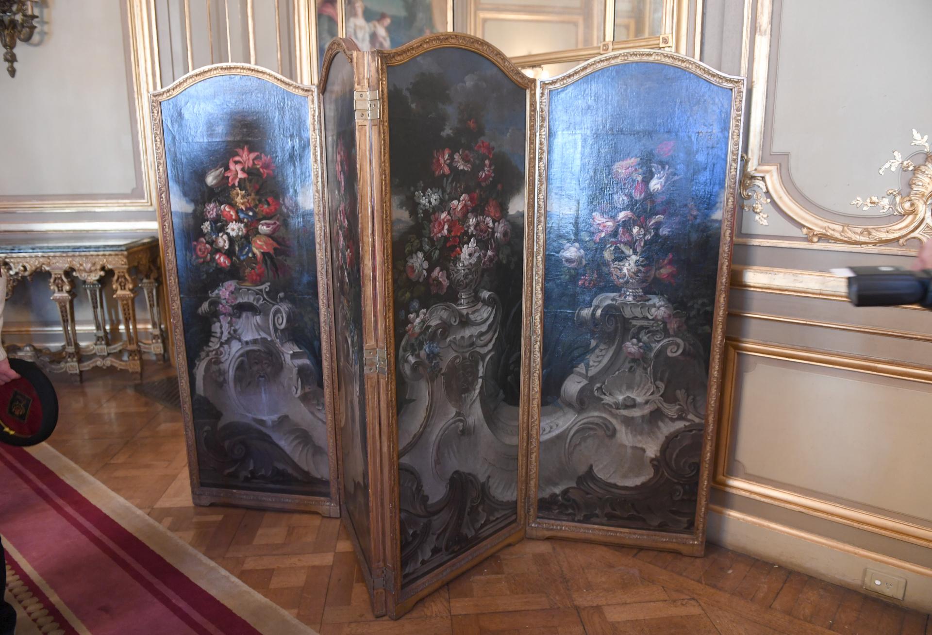 Biombo decorativo dispuesto en el salón principal. Todos los materiales y muebles fueron traídos desde Francia