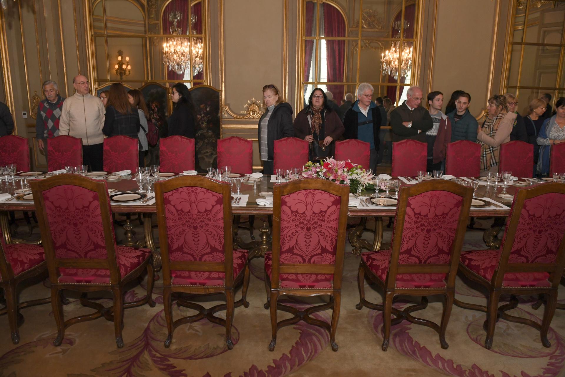 La mesa principal presenta su disposición protocolar con lugar paratreinta personas