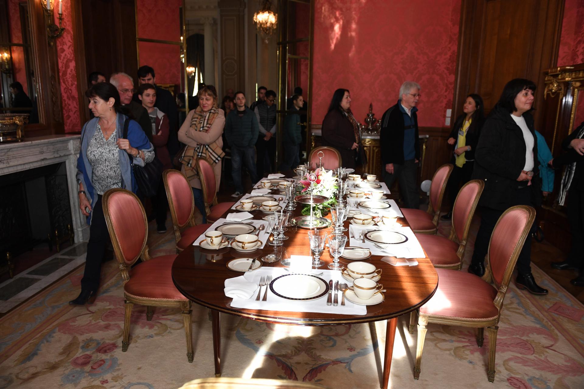 El comedor diario está revestido con entretelado y dispone de una mesa para ocho personas. Era usado por el matrimonio Bosch y sus seis hijos