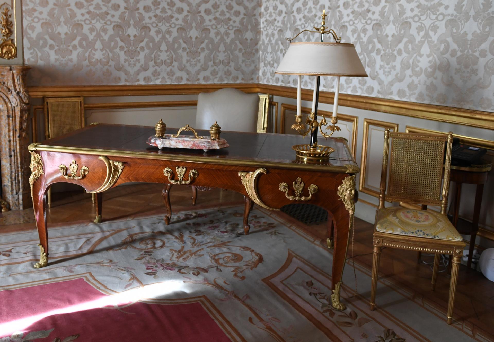 El escritorio de roble con ornamentos bañados en oro. Bosch no tenía planes de vender su residencia. Sin embargo, pidió 3 millones de dólares al entonces embajador Robert Bliss , una exorbitante cifra para la época