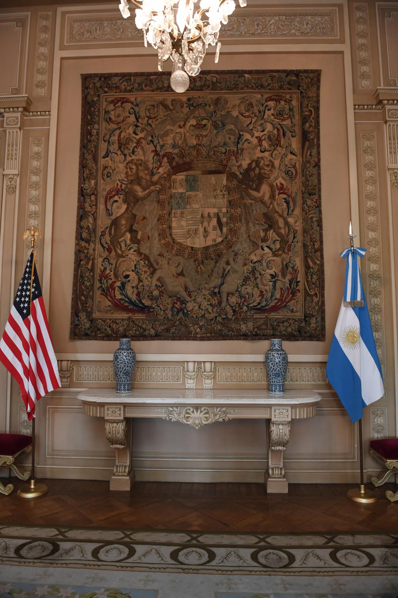 """Banderas de ambas naciones como indica el protocolo. Además un """"símbolo de la historia compartida"""", según destacó el agregadocultural Brian Asmus"""