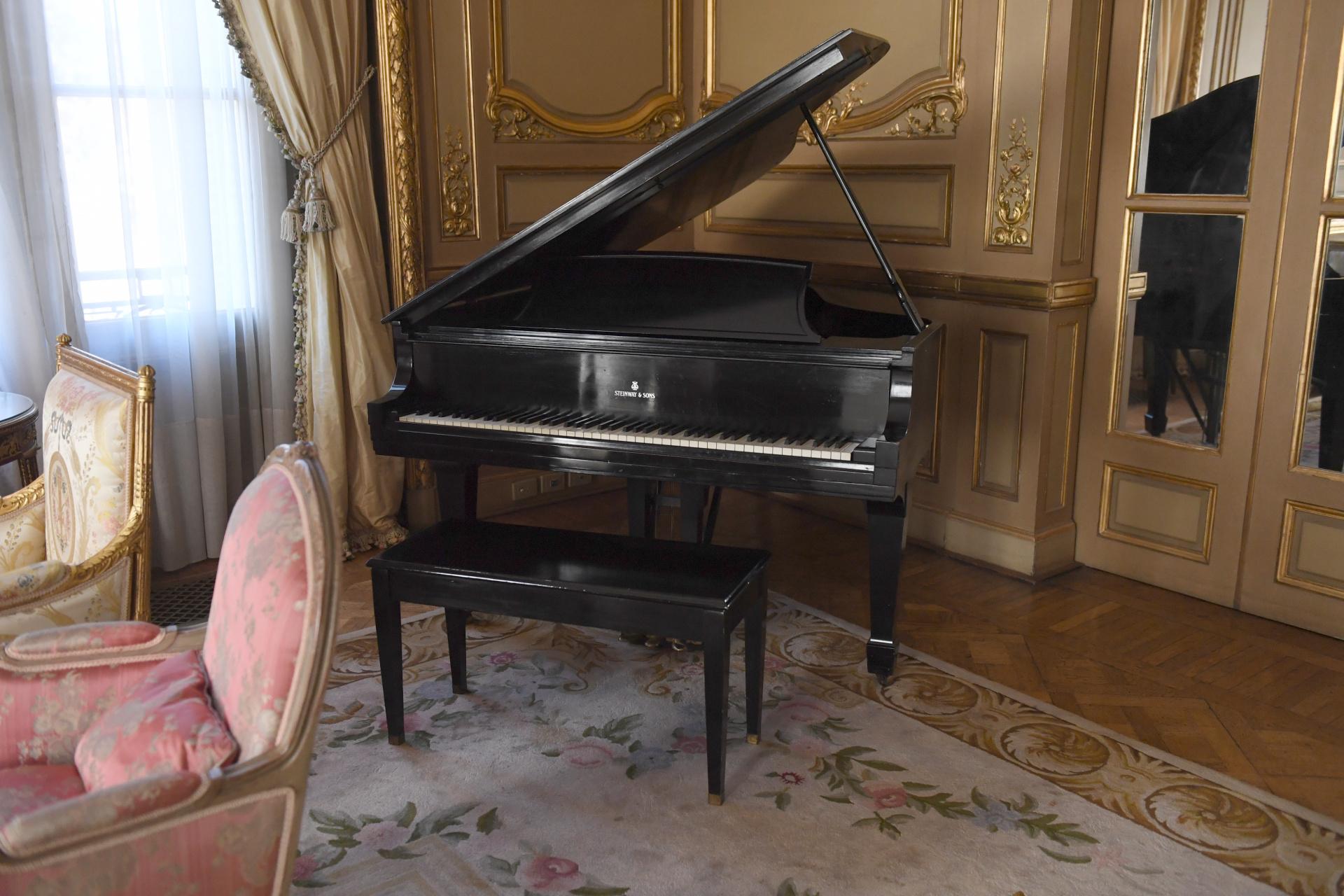El piano de cola que se usa para musicalizar las galas