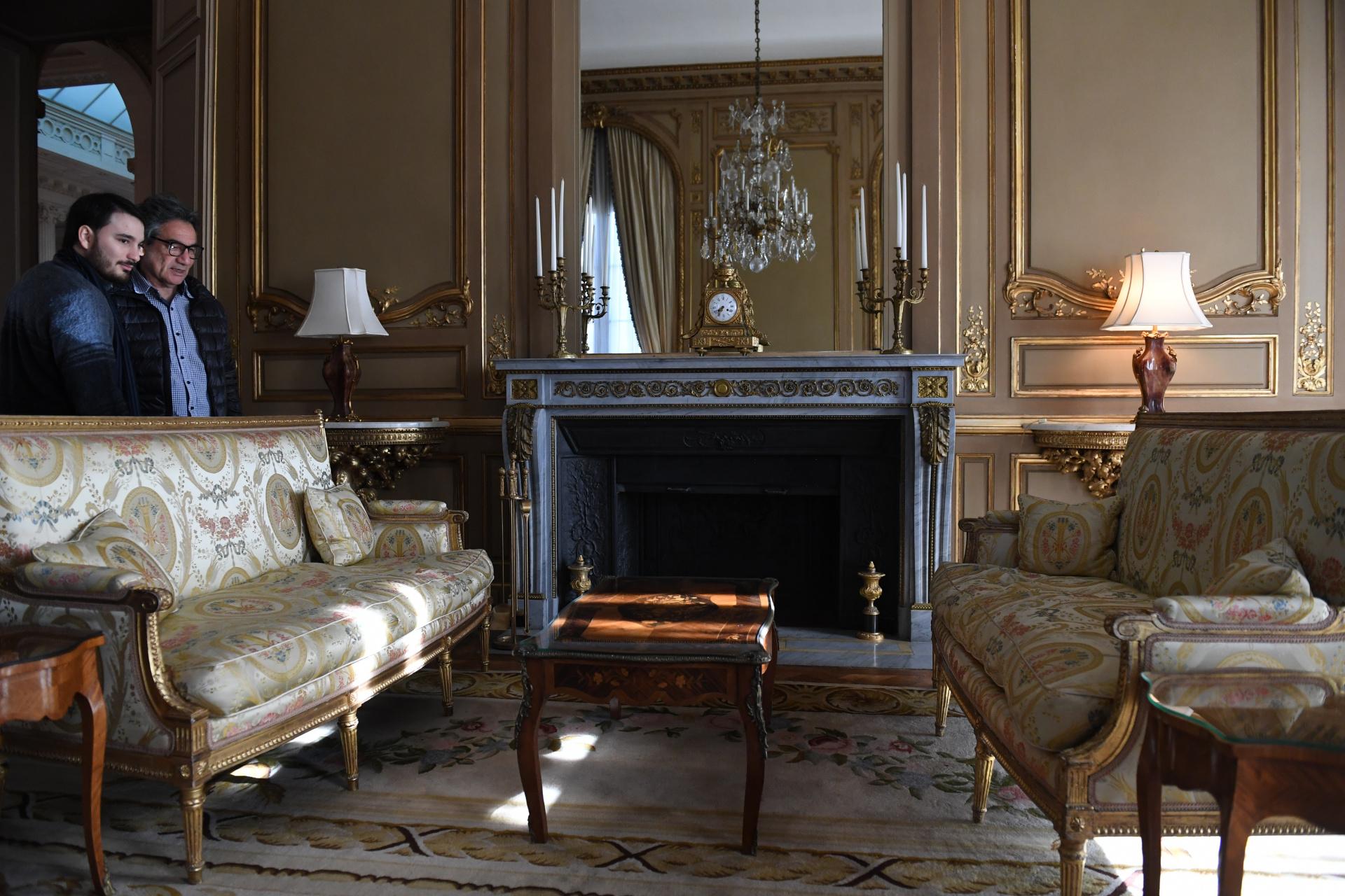 Decorado enun elegante tono dorado, aún conserva la chimenea, el mobiliario, y los accesorios de época