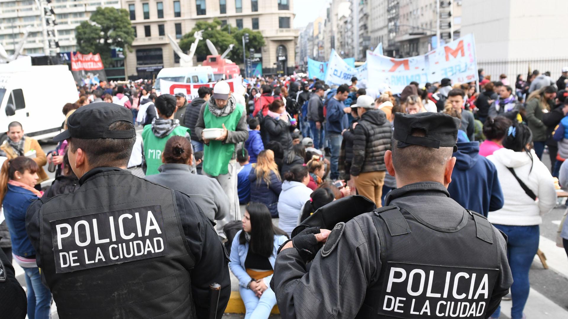 La Policía de la Ciudad trabajó en el lugar para resguardar la seguridad e impedir el corte de las avenidas