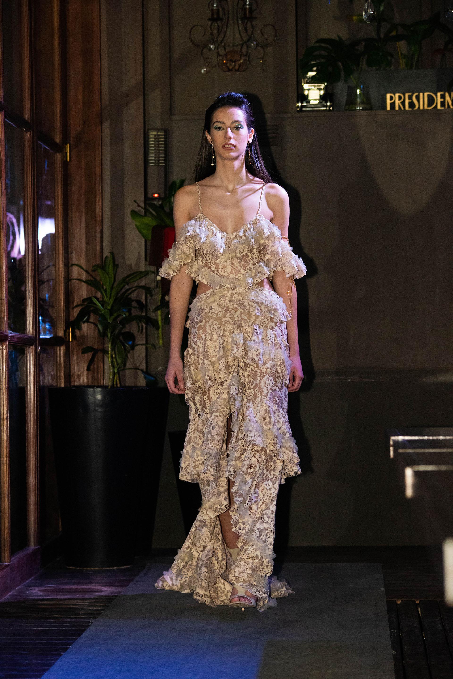 Vestido de alta costura en encaje que forma parte de la pre colección de lo que se verá durante el verano 2020