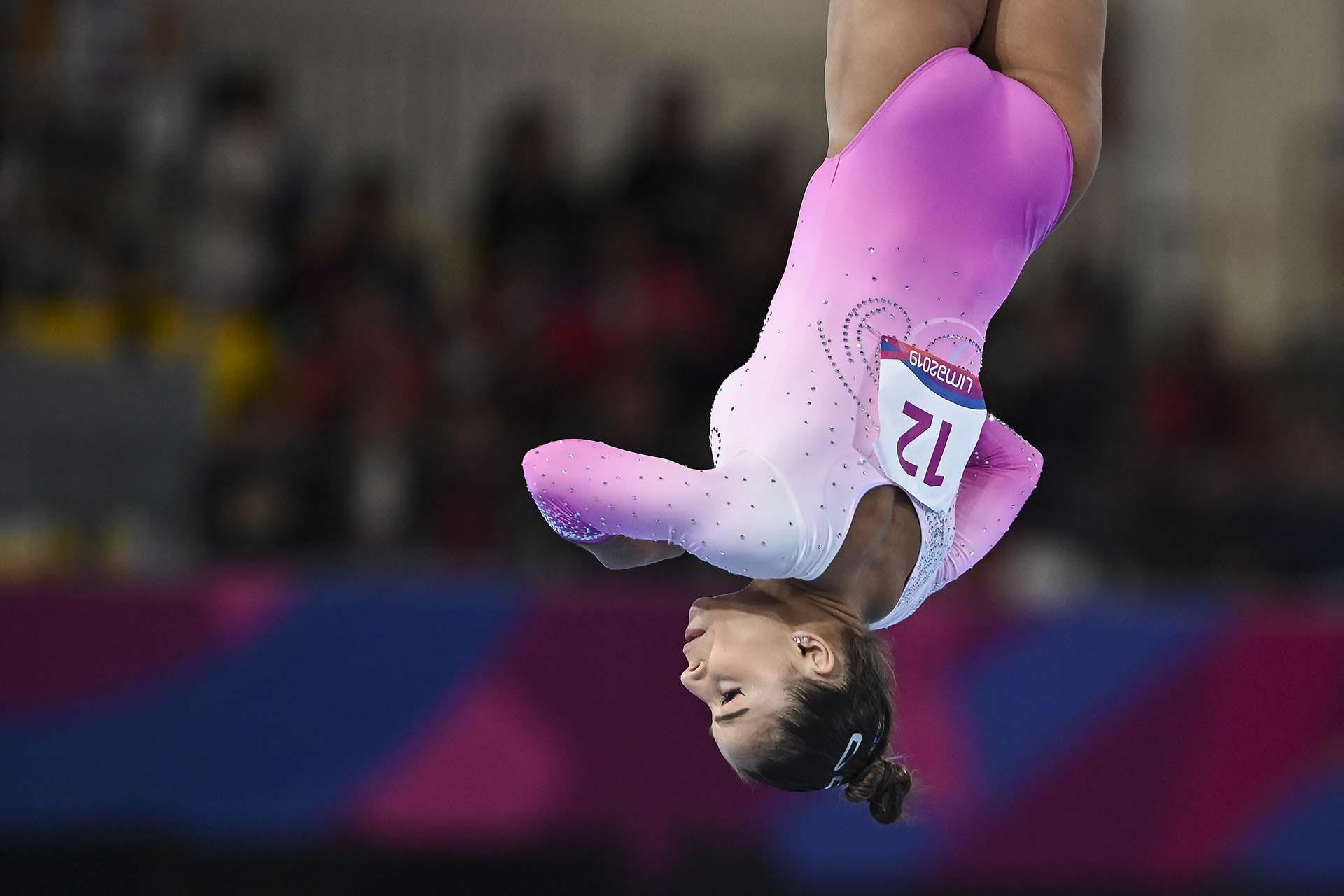 La brasiñena Flavia Saraivacompitiendo en gimnasia artística individual.(Photo by Luis ROBAYO / AFP)