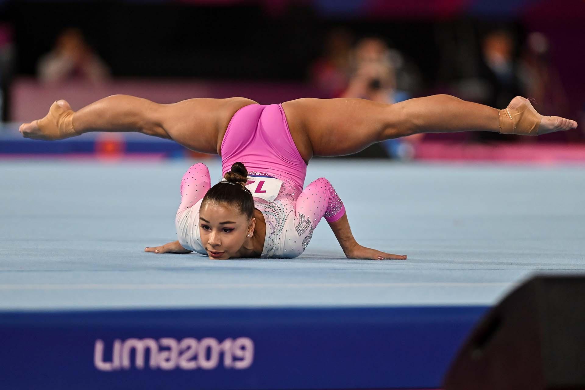 La brasileña Flavia Saraiva haciendo su rutina en gimnasia artística individual (Photo by Luis ROBAYO / AFP)