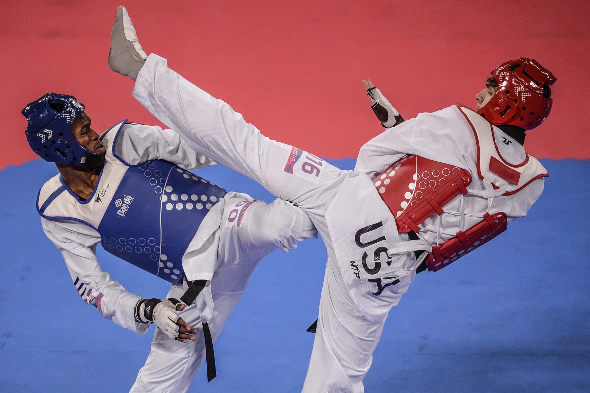 Danza del estadounidenseJonathan Healyy el cubano Rafael Alba durante la competencia de Taekwondo. (Photo by Ernesto BENAVIDES / AFP)