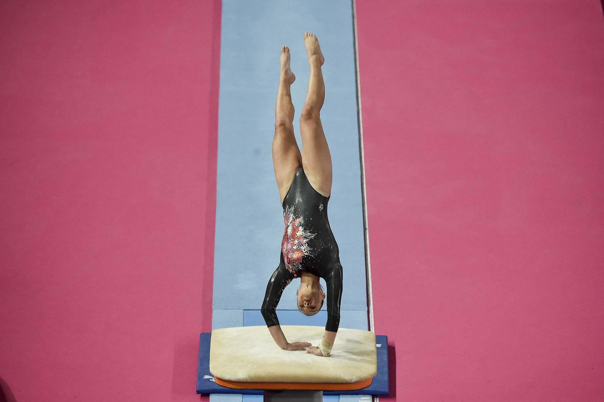La canadiense Shallon Jade Olsen en su rutina que le permitiría llevarse la medalla de bronce. (Photo by Luis ROBAYO / AFP)