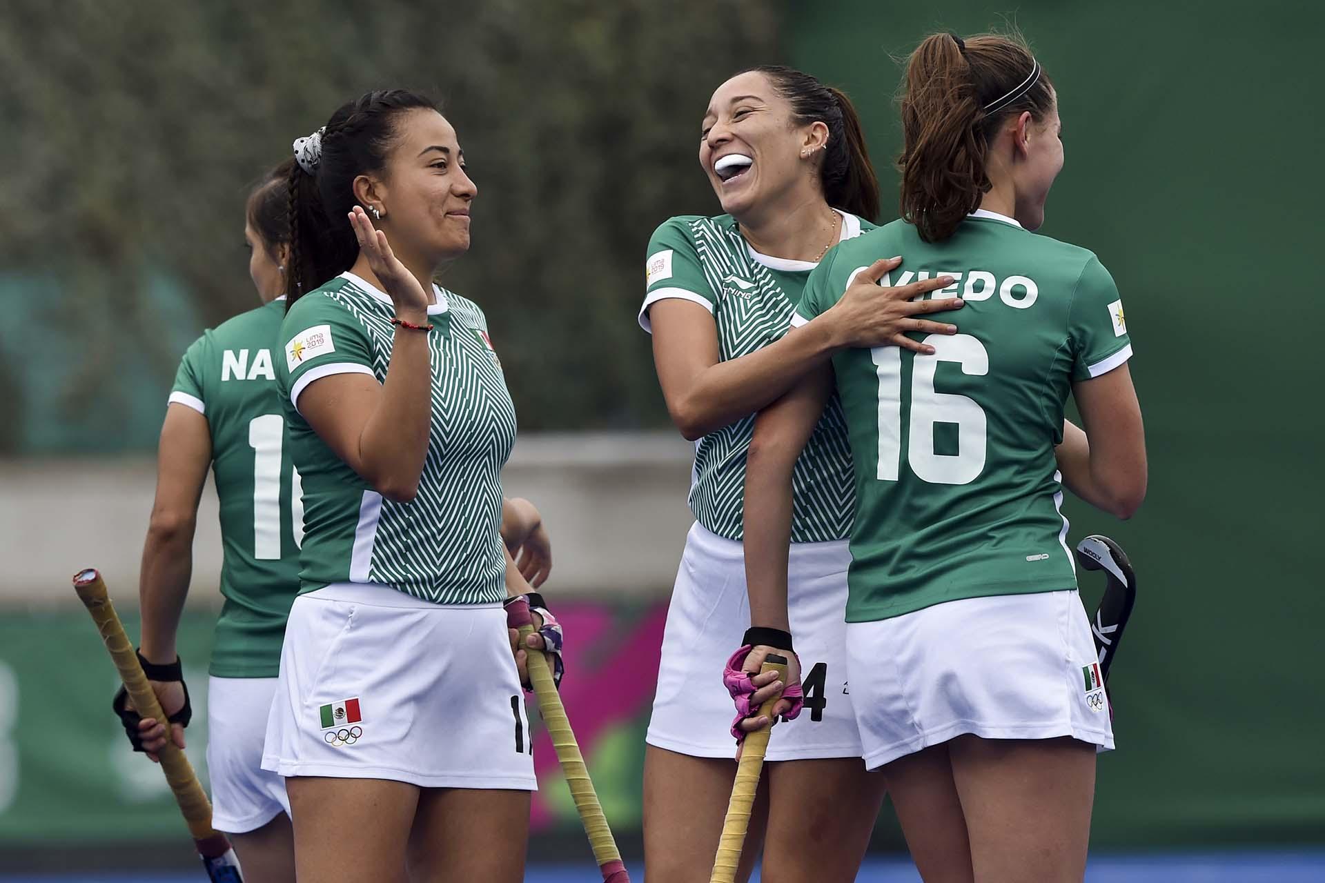 Las jugadors de México festejan el triunfo frente a Perú en Hockey.(Photo by Cris BOURONCLE / AFP)