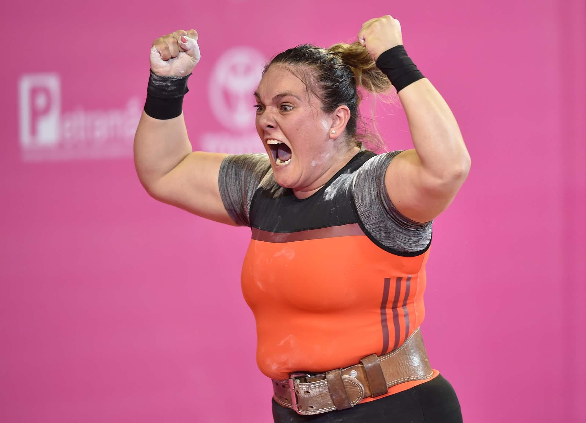 La pesista chilena María Fernanda Valdés festeja luego de ganar su grupo. (Photo by Cris BOURONCLE / AFP)