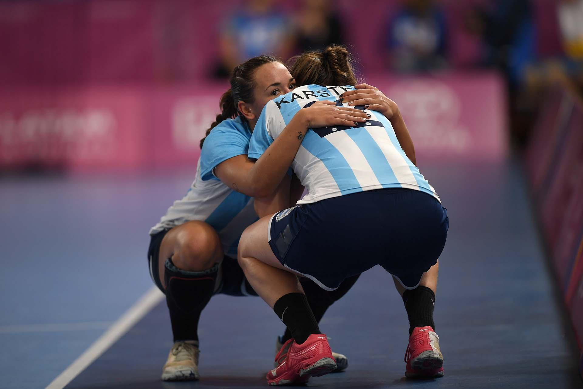 Las argentinasRocío Campigliy Elke Karstenluego de perder la medalla de Oro de Handball, ante las brasileñas.(Photo by Pedro PARDO / AFP)