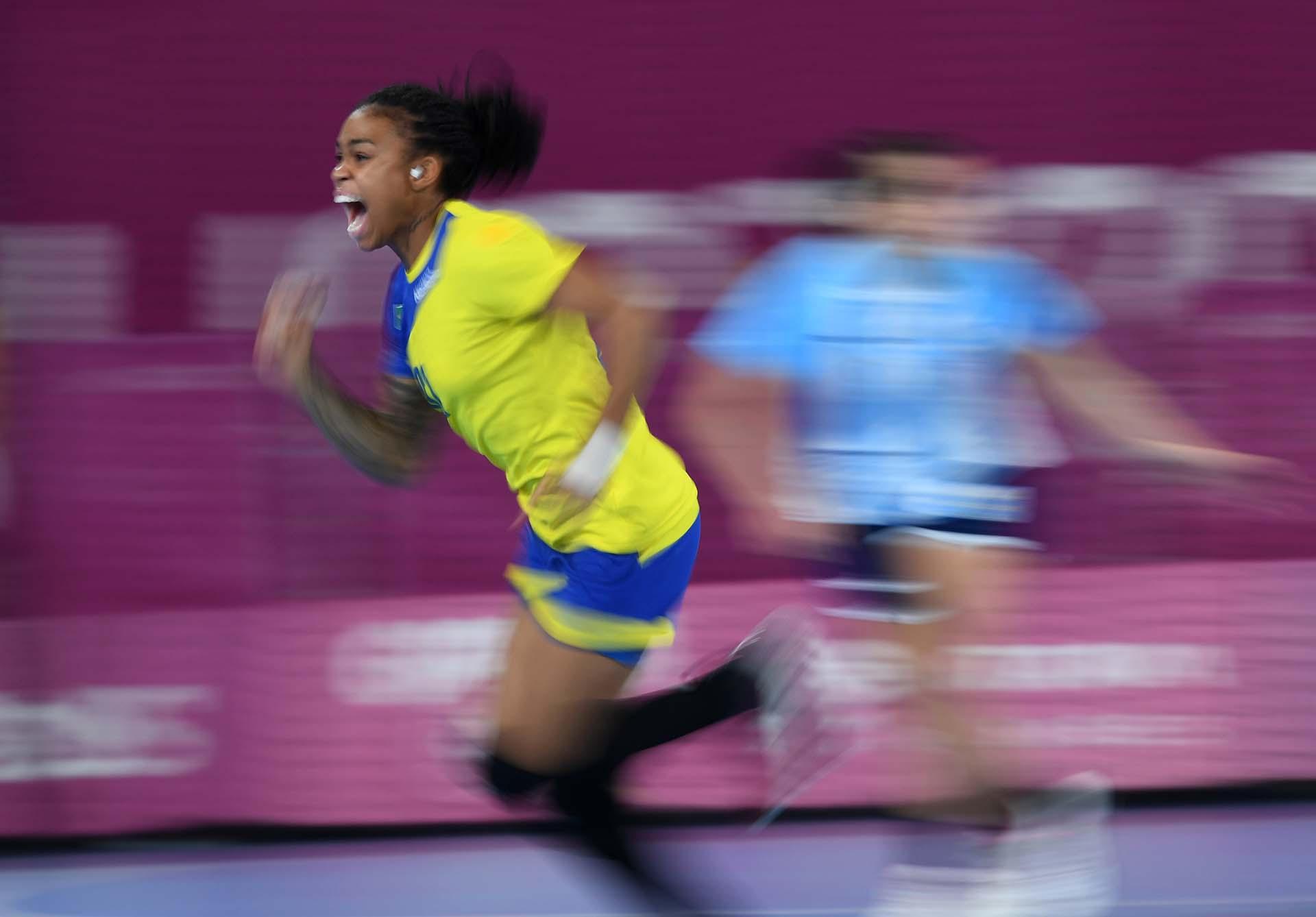 La brasileñaBruna De Paulacelebra el primer tanto frente a la Argentina en Handball.(Photo by Pedro PARDO / AFP)