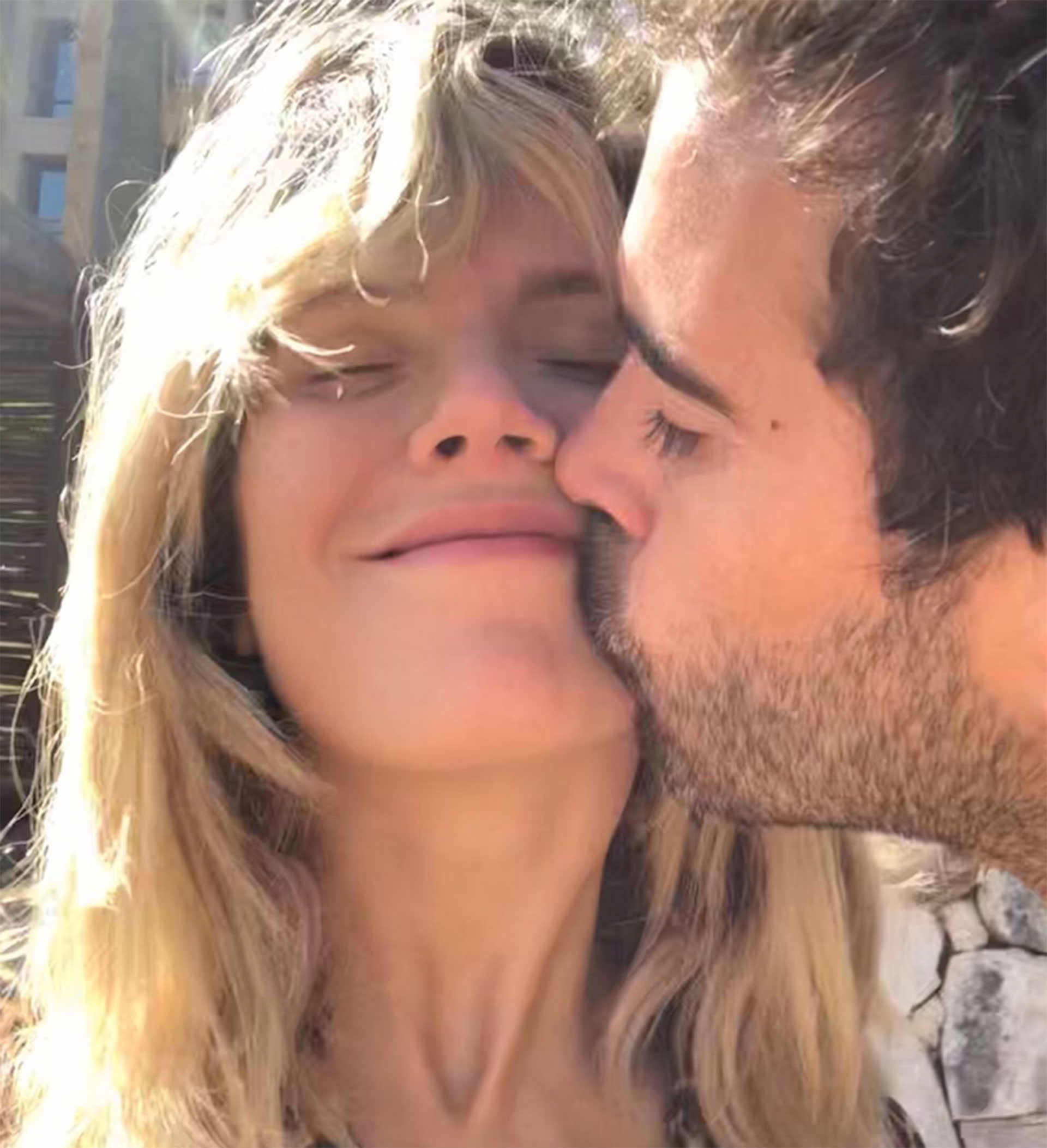 La pareja en marzo pasado, súper enamorados y cariñosos