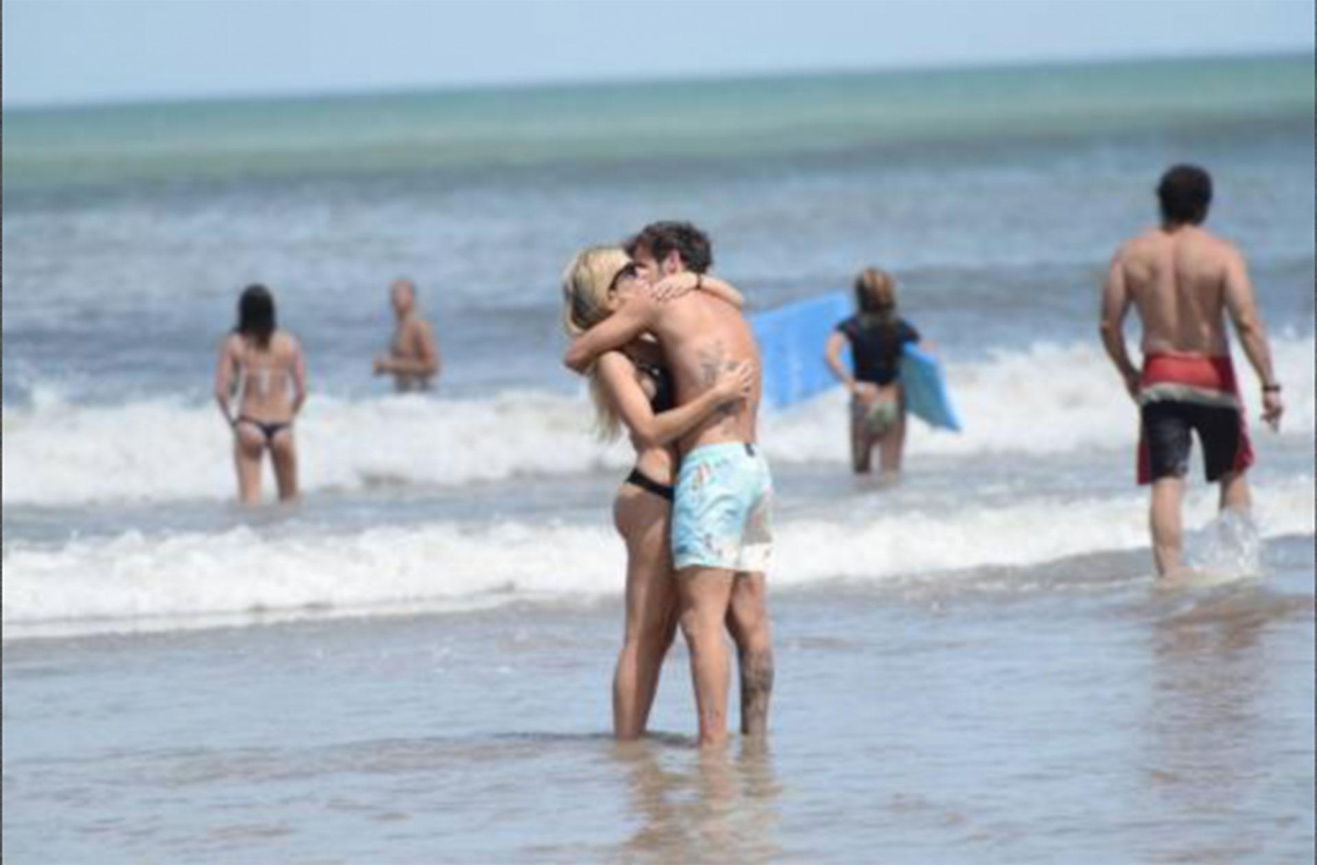 Mimos y besos en las playas de Mar del Plata durante el verano.