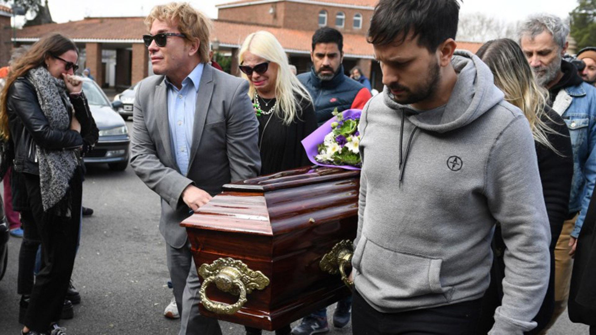 Atrás de Guido Suller, sus hermanos Silvia y Marcelo. Y un mismo dolor, en el entierro de su mamá, Nélida (Fotos: Maximiliano Luna y Darío Batallán)