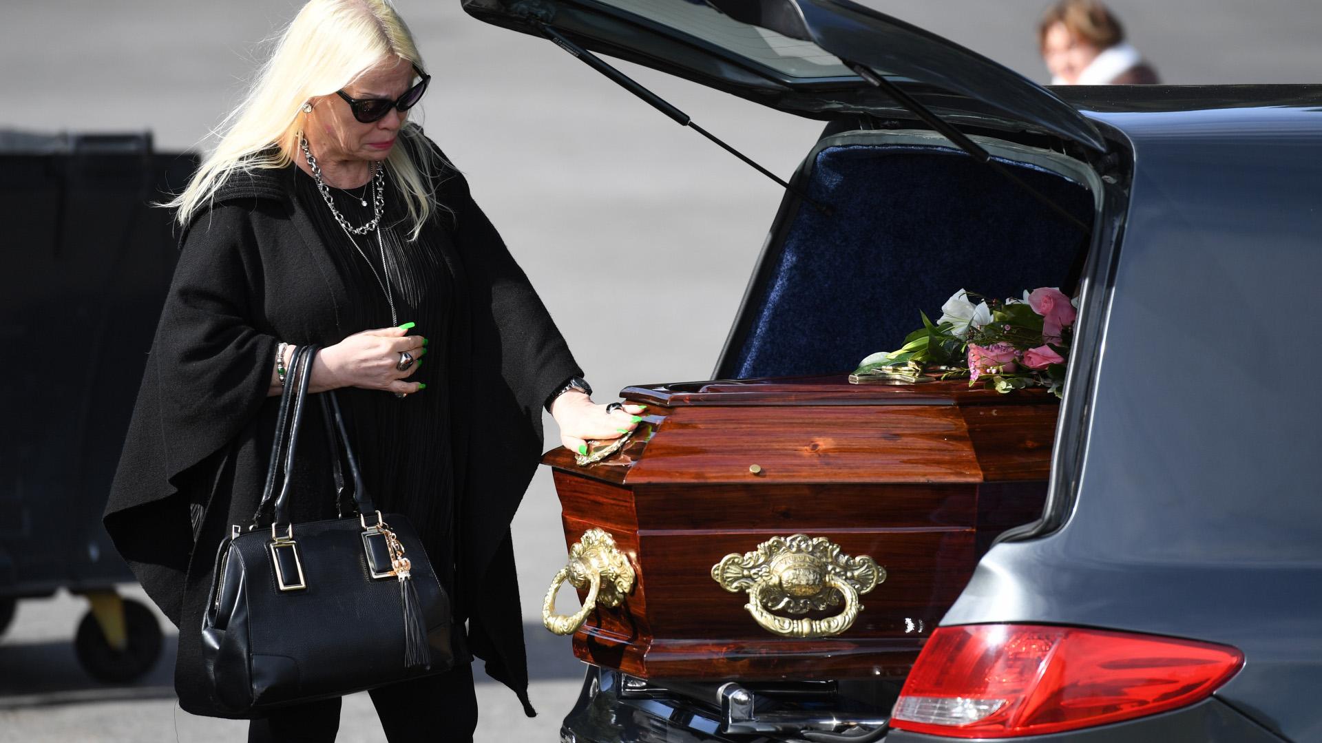 Silvia y su último saludo a Nélida, su mamá