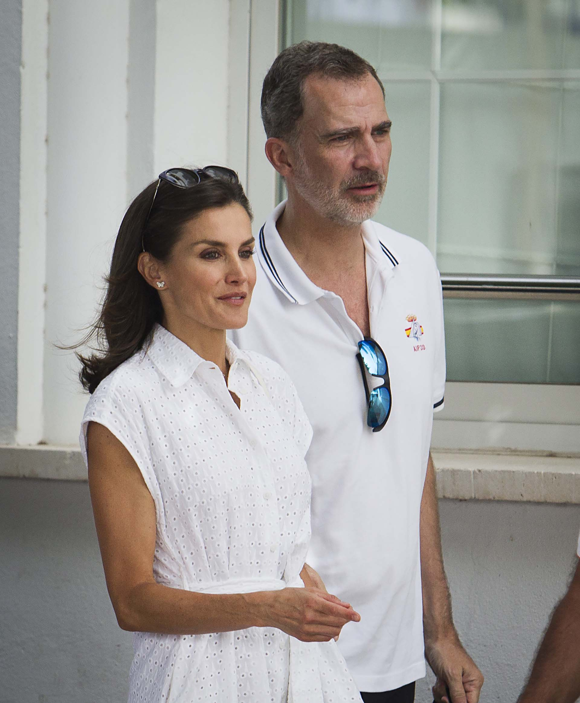 Letizia eligió un look casual en total white