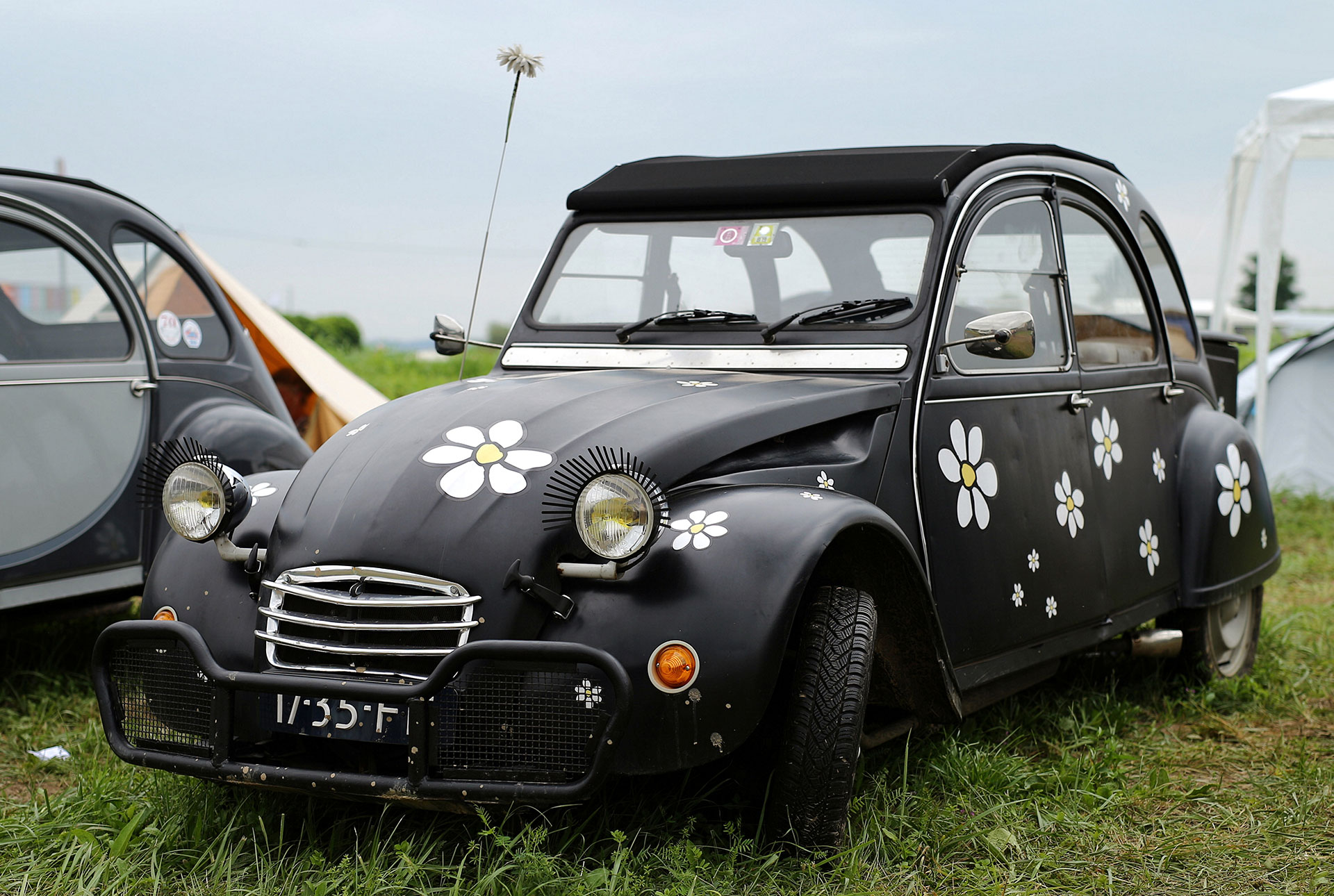 Un Citroën 2CV negro y floreado hecho a medida en Samobor, Croacia. (Reuters)