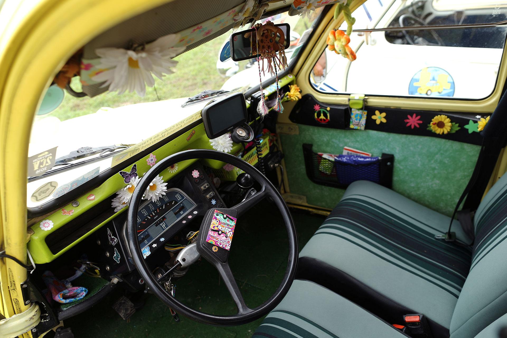 El interior de un Citroen 2CV. (Reuters)