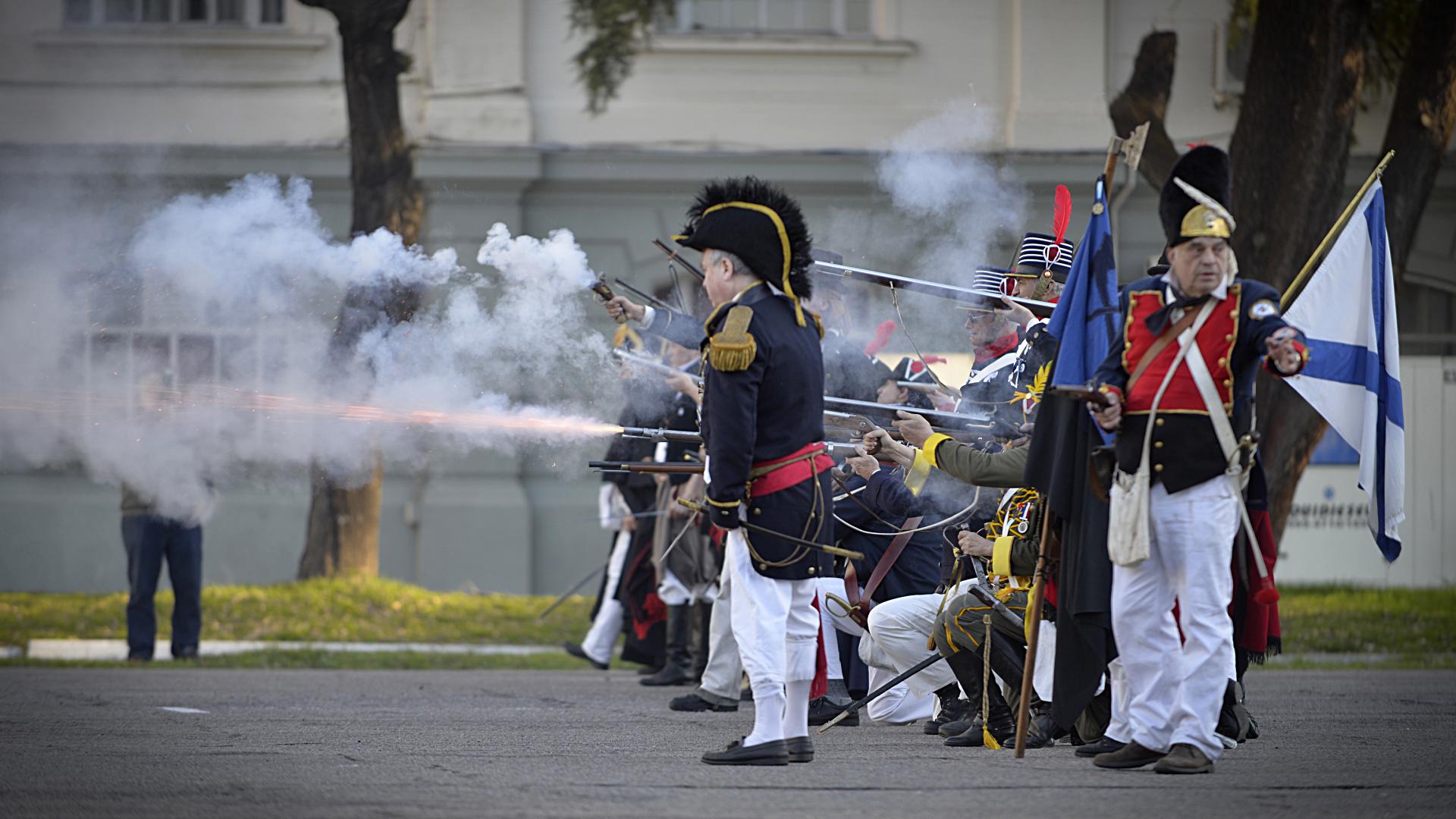 Con uniformes de unidades militares criollas, españolas y británicas, los voluntarios se trenzaron en combates con atronadores estampidos de las armas que dejaban espesas nubes de humo en el aire a pesar de que no disparasen balas