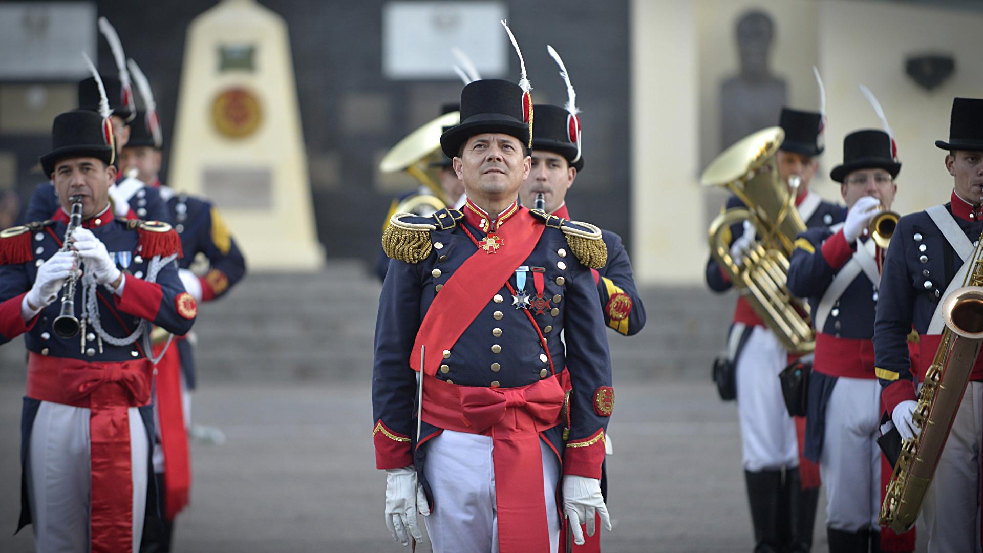 """En el centro, el Mayor Diego Cejas, director de la Banda Militar """"Tambor de Tacuarí"""" del Regimiento de Infantería 1 """"Patricios"""""""