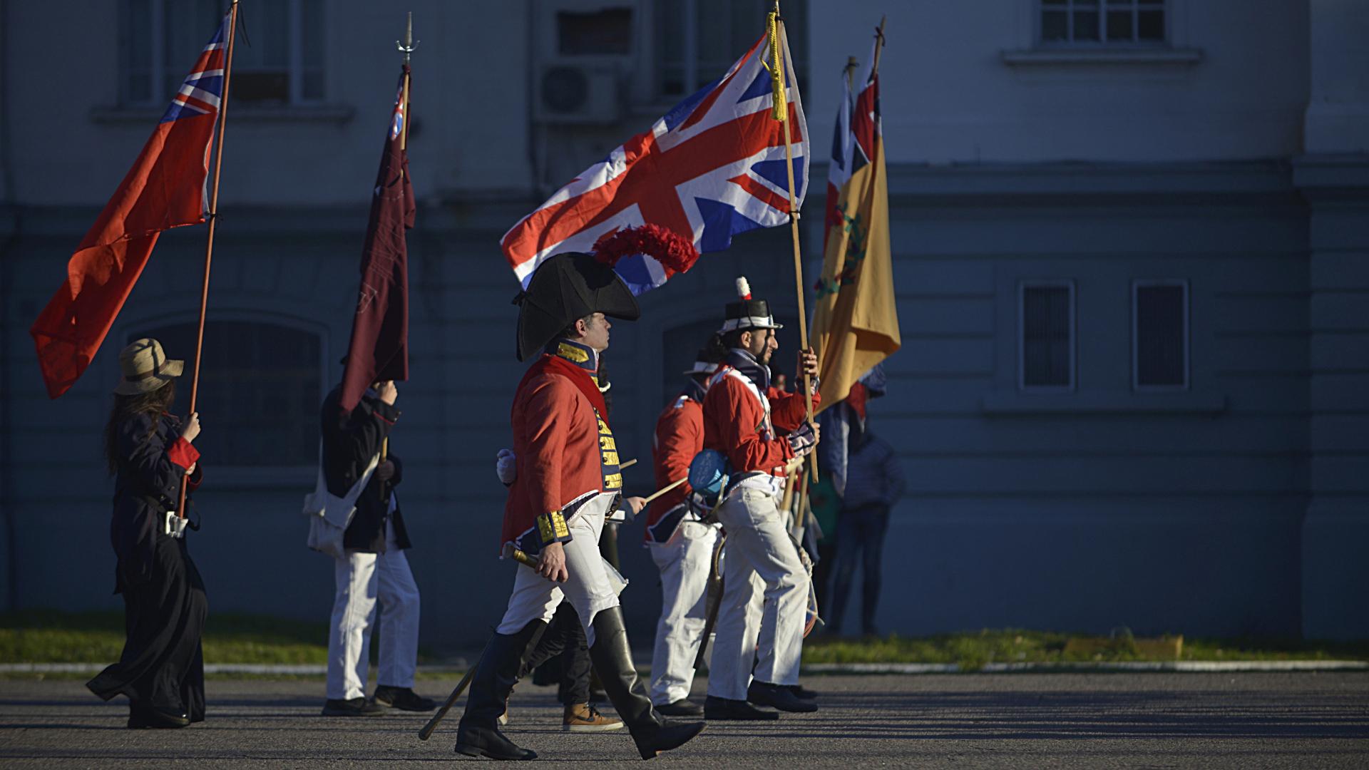 Tras ello, los grupos actoriles se reunieron en la Plaza de Armas para homenajear con un minuto de silencio a los caídos en batallas y guerras de la humanidad. La jornada finalizó con una recreación de Invasiones Inglesas y un desfile