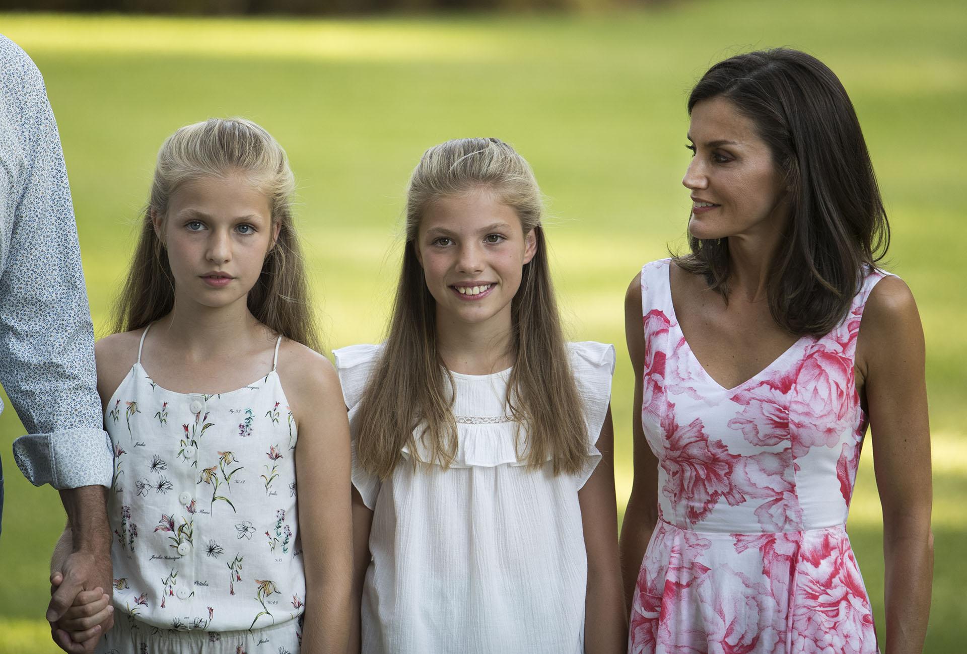 La Reina de España acompañada por sus dos princesas