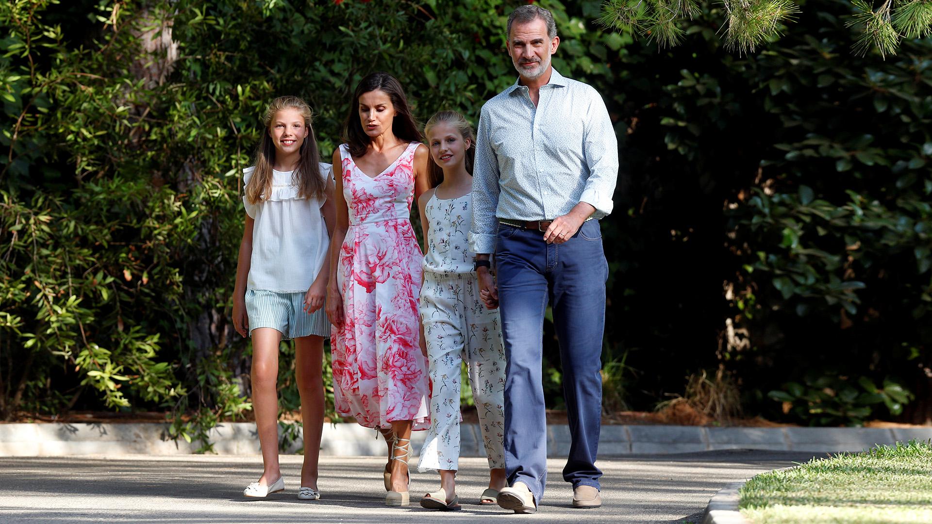 Los reyes de España junto a sus princesas camino a la sesión fotográfica que realizan todos las temporadas