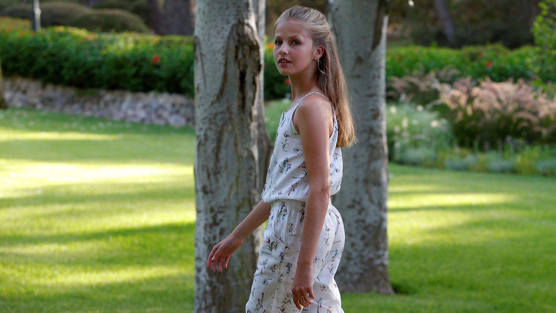 La princesa Leonor a sus 13 años ya recibe formación protocolar para convertirse en la futura heredera del trono español. Para la sesión lució un mono estampado
