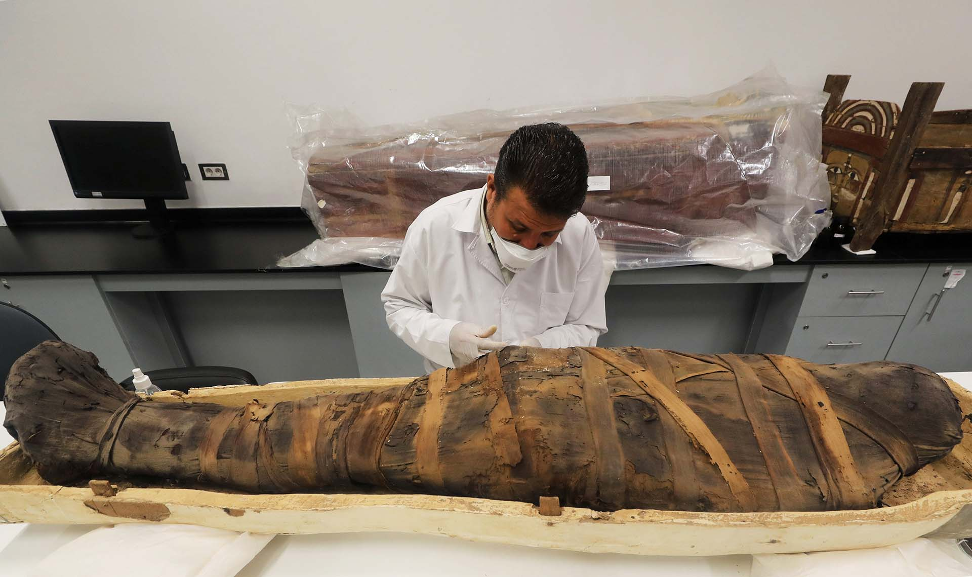 Un arqueólogo trabaja en la restauración de la momia del niño faraón Tutankamón, en el Gran Museo Egipcio de Giza (REUTERS/Mohamed Abd El Ghany)