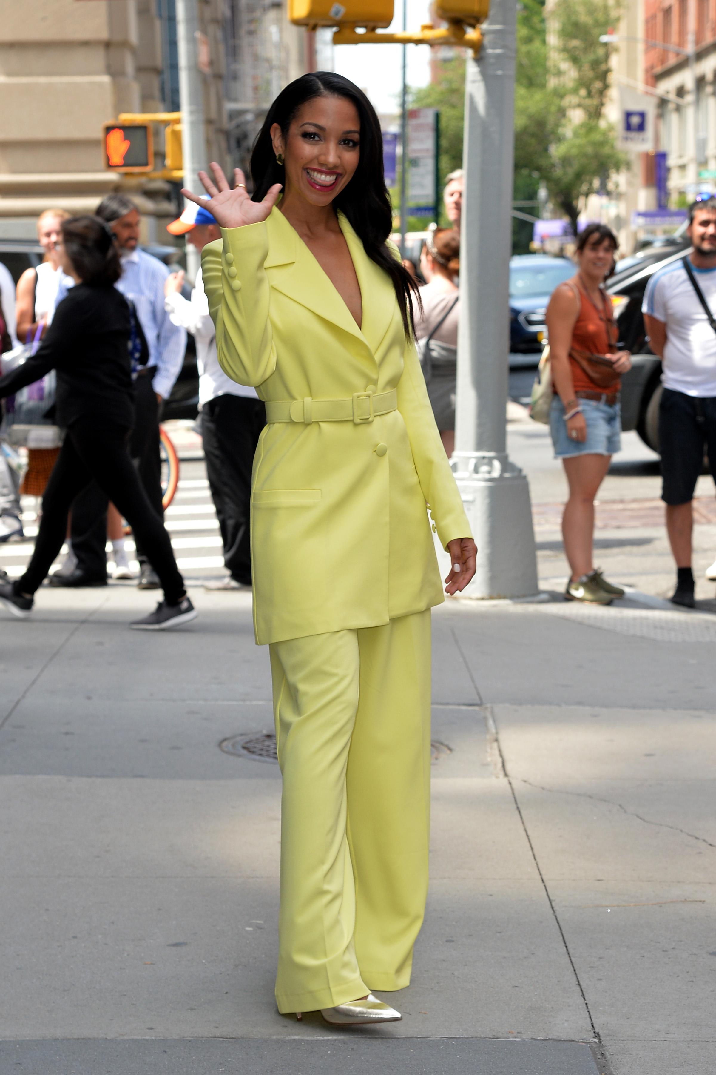 Corinne Bishop con su look sastrero en tono limón