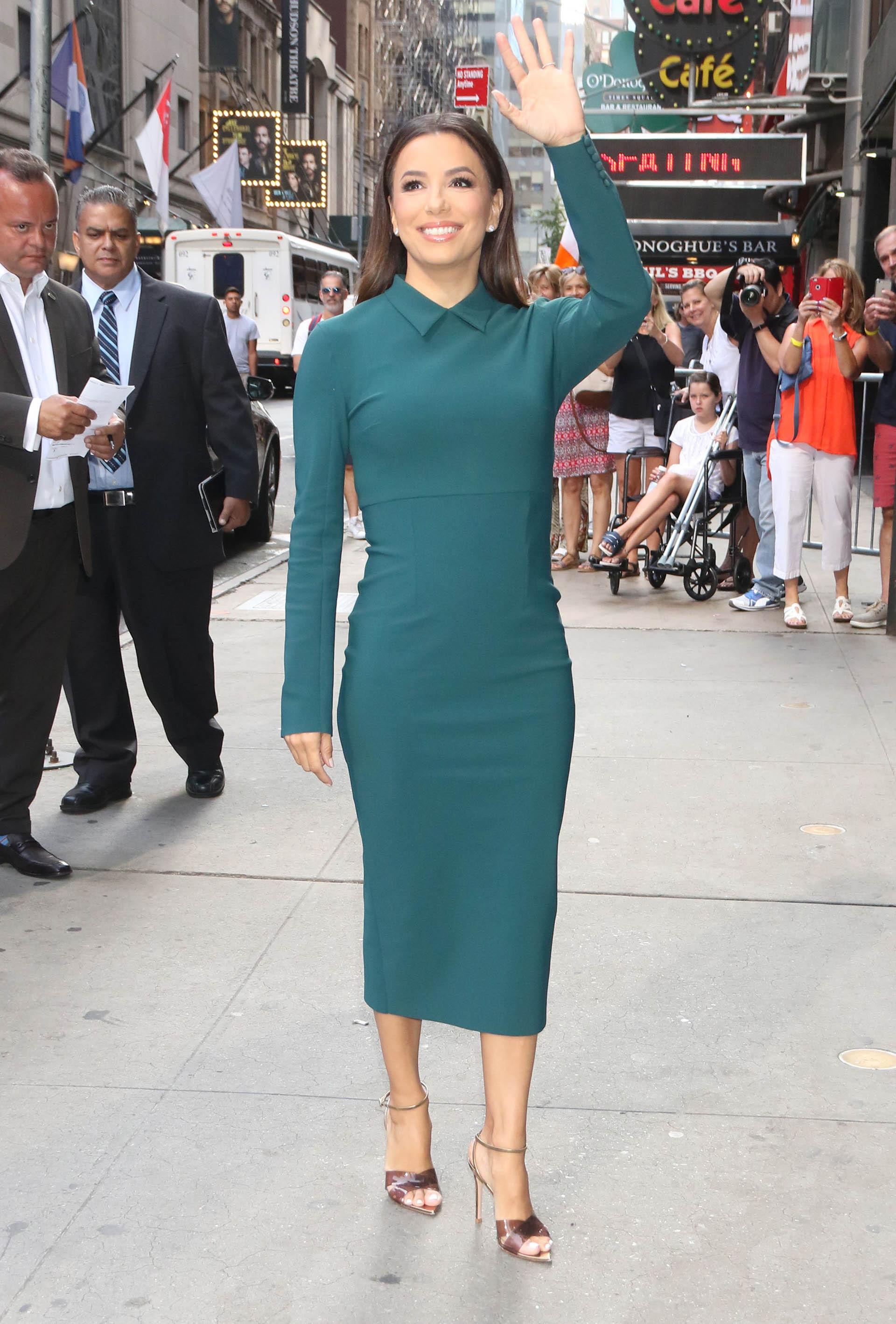 Eva Longoria visitó los estudio de televisión del programa Build Series en Nueva York con un elegante vestido midi en color verde