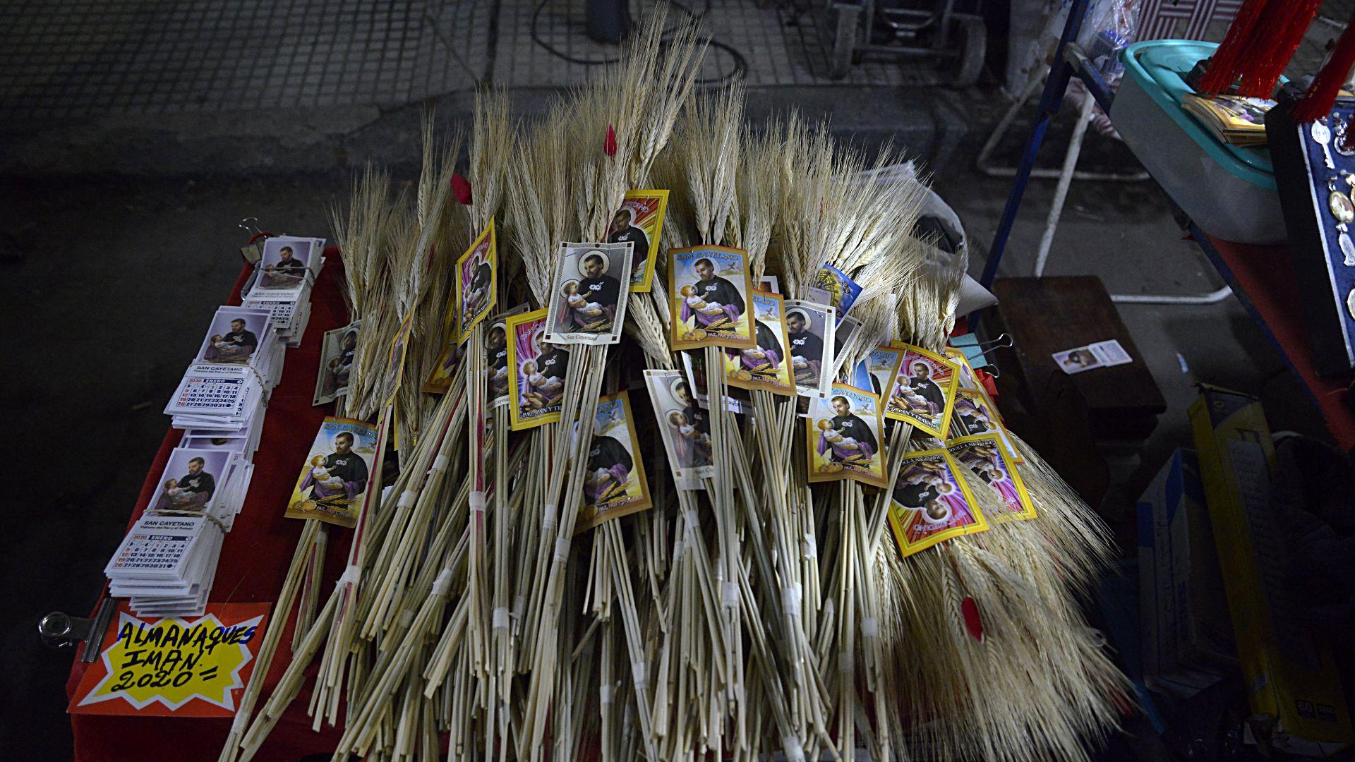 Los fieles llevan espigas de trigo para conmemorar el día de San Cayetano
